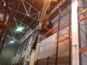 Trabajador reformando el interior de nave industrial