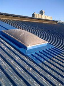 Claraboya en techo de nave industrial