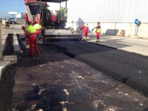 Trabajadores cementando un suelo