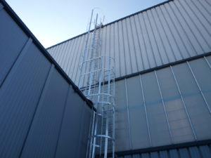 Escalera en fachada de nave industrial