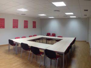 Sala de reuniones con mesas y sillas